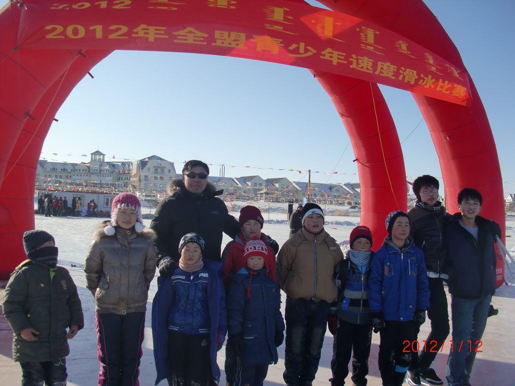比赛带动训练,训练增强体质,近年来,正蓝旗速滑队的孩子们冬天驰骋在
