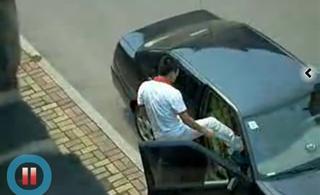 [转贴]某女卑一男的在车上狂虐视频