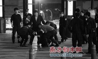 深圳男子菜刀劫人�|威�{�⑷�r被特警�_�����