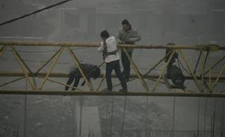 西安一名女子�橛�薪�鼋┰�30米高塔吊上