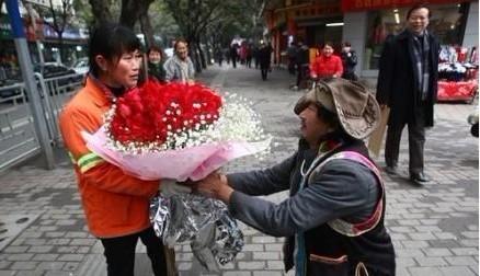 [分享]情人节,99朵玫瑰向 环卫工 求婚,他们的爱情故事感动了在场群众