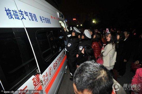王菲重庆演唱会看台垮塌60余人受伤送往医院(图)