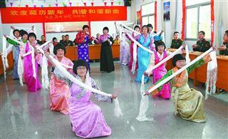 武警官兵与藏娃共庆藏历新年