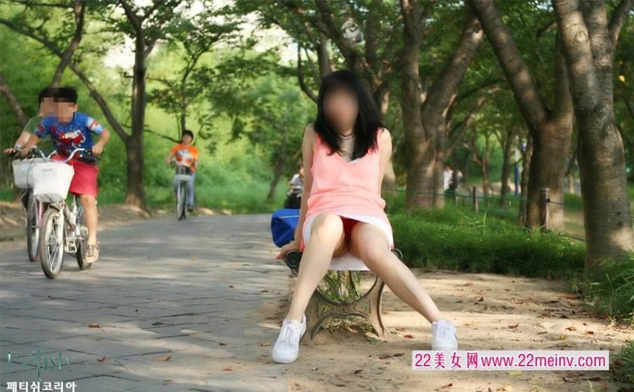抓拍公园里走光的韩国美女