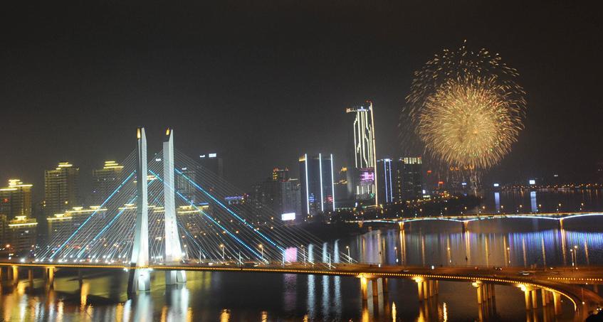 惠州烟花耀东江(图)