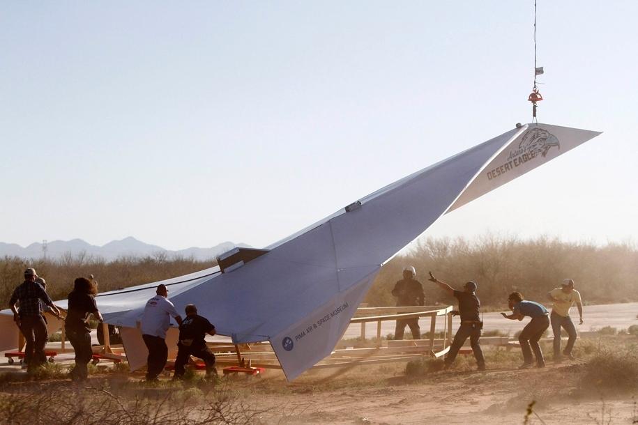 世界上最大的纸飞机全长13.7米(图)