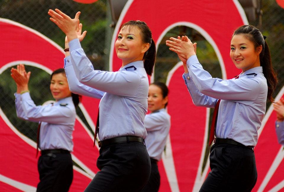 国税局女干部迎妇女节  舞蹈比赛也疯狂