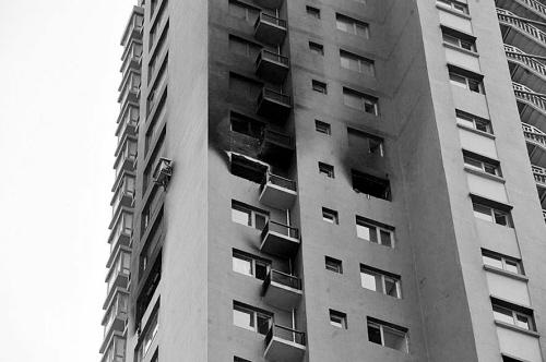 锦联左岸正在装修的一居民楼起火家里所有的装修都付之一炬