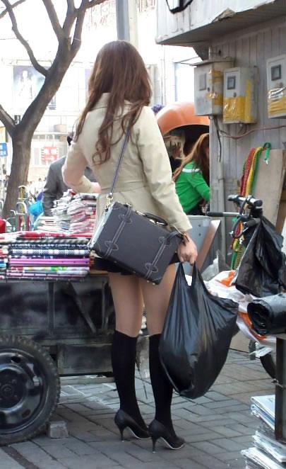 街拍超短裙mm的高跟美腿