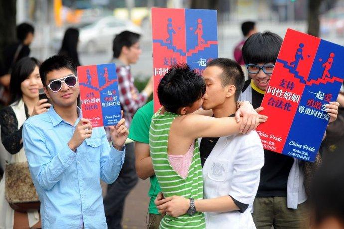 实拍:广州街头同性恋热吻 你有这个胆量当街和你的另一半热吻吗?