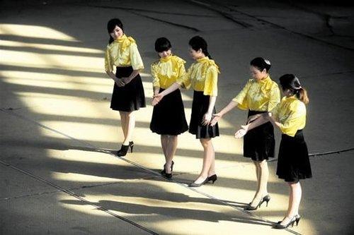 """武汉高校开设大学淑女班:""""定制""""淑女"""