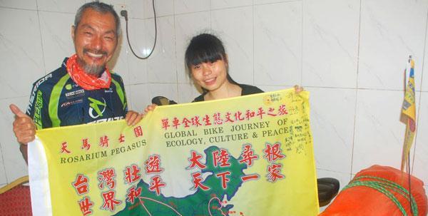 台湾6旬单车顽童骑单车游大陆途经惠州市惠东县