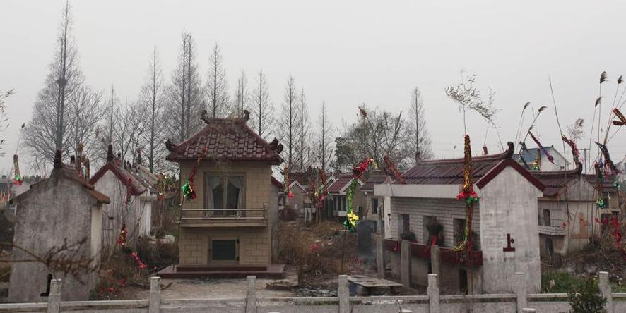 远看似豪华别墅,近看方知是坟墓。江苏省南通市如东县不少农村田间地头出现了豪华小别墅群模样的坟墓群。在如东,小别墅群建设蔚然成风,有越演越烈的趋势。图为江苏如东的坟墓群。