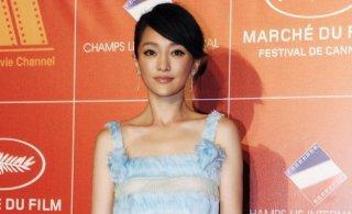 周迅现身中国之夜晚宴淡蓝短裙简洁大方