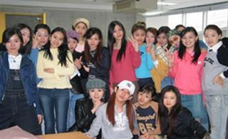 我们班19位女生合影,看看哪个最漂亮,从左数!