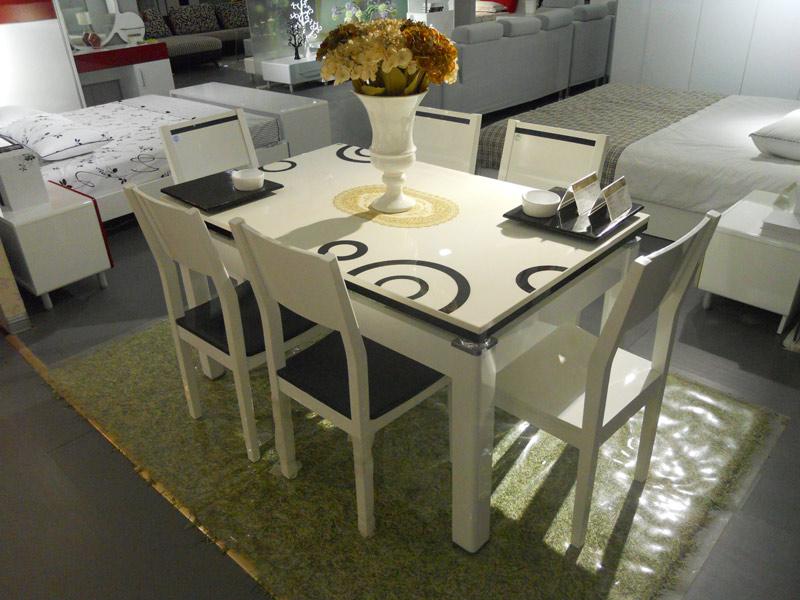 白色成套餐桌