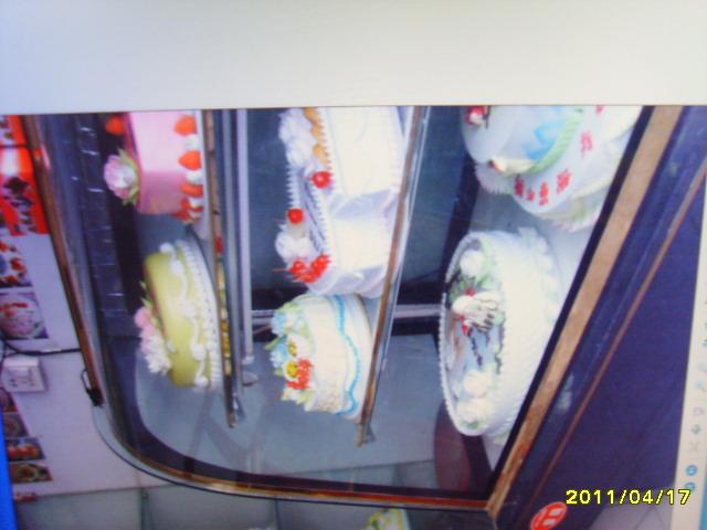 出售木制货架及蛋糕展示柜
