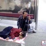 """躺大街上挂""""盐水""""求救?这是骗子的""""新招""""(多图)"""