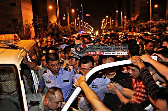 [转贴]长沙城管与市民冲突 百人围堵要求交人