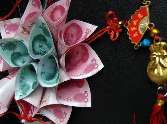 [转贴]奢华!12岁女童胸前挂满人民币过生日