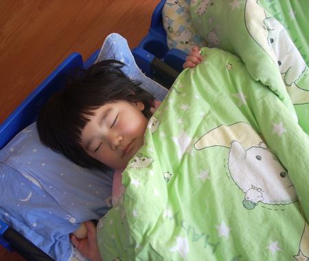 照顾小孩睡觉