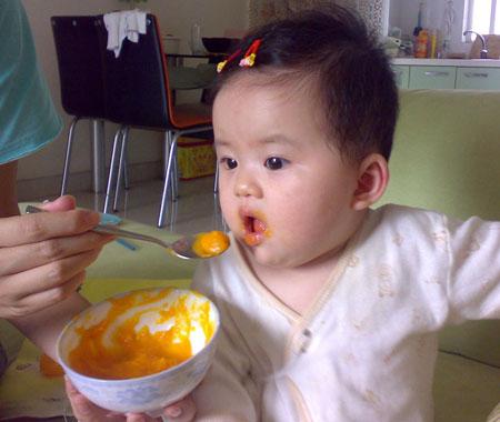 照顾小孩吃饭