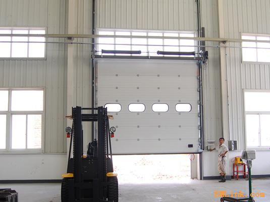 安装维修车库门。