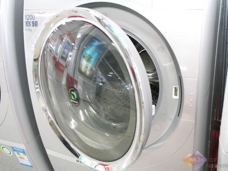 三洋洗衣机XQG65-L903BCS 5199 三洋XQG65-L903BCS外观采用银色流线型设计,时尚且搭配度极高;在操作面板方面,清晰的指示灯使得操作十分方便。另外,还配有目前最流行的空气洗程序;另外采用DD变频电机,寿命更长噪音更低。