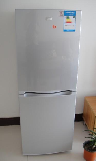 银灰色海尔冰箱。白色海尔全自动洗衣机(可半自动调节