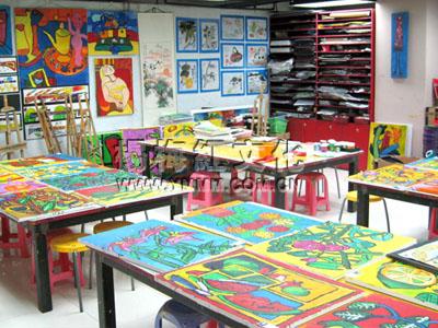 服务未来智慧树儿童画馆的特色:小班级授课,让孩子们学的更好!