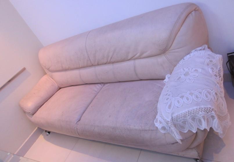 真皮三座沙发、玻璃小圆桌、圆形桌面低价处理