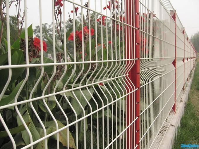 生產銷售養殖場圍網,包塑鐵絲網。圍欄