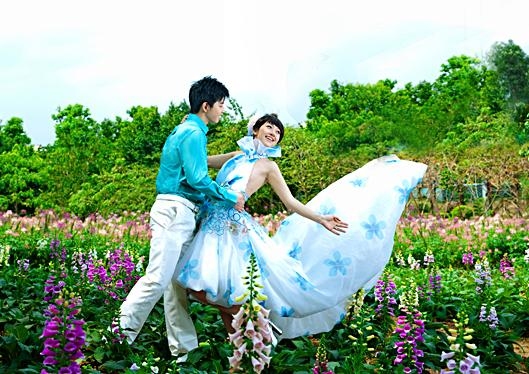 繁华都市中的绿荫婚纱照