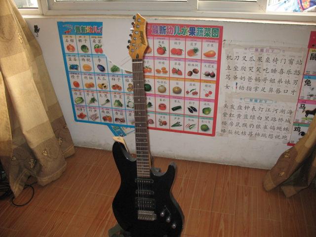 挥泪卖两把电吉它,一把木吉它