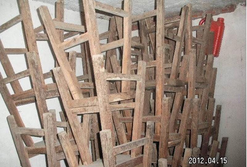 出售8成新木头刺槐的凳子80个