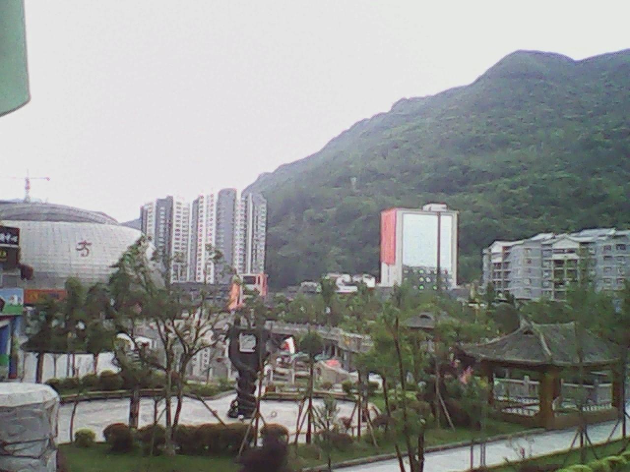 本小区位于酉阳县5a级桃花源风景区大门口300米左右,房间正对桃花源风