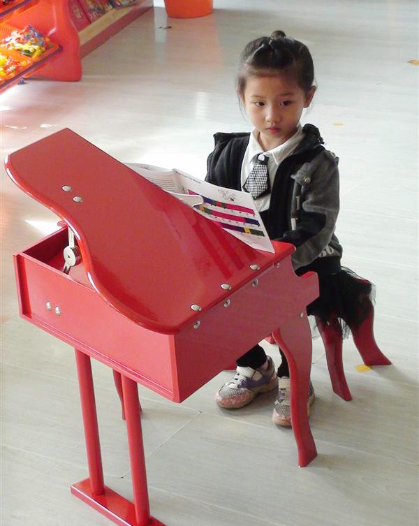仅398元,团购原价580元的【音乐谷30键儿童钢琴】一架!30键三角钢琴由2组半键组成,赠带凳子跟琴谱,琴谱简单易学,琴声悦耳动听,是培养孩子音乐兴趣的一款好产品,又是孩子房间内一款豪华的装饰品!!