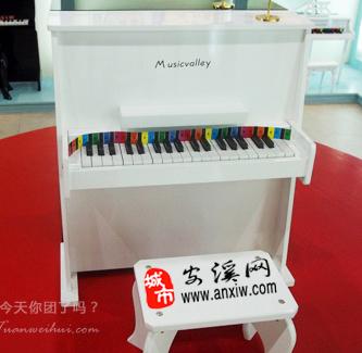 仅658元,团购原价820元的【音乐谷37键儿童钢琴】一架!37键立式(三角)钢琴由3组键组成,可以弹奏儿歌和普通的流行歌曲。赠带凳子跟琴谱,琴谱简单易学琴声清脆动听,是培养孩子音乐兴趣的一款好产品。